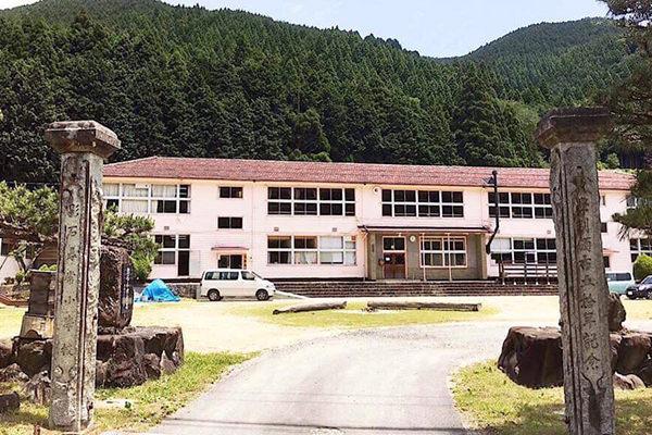 岡山県西粟倉村にあるお店がある旧影石小学校の外観